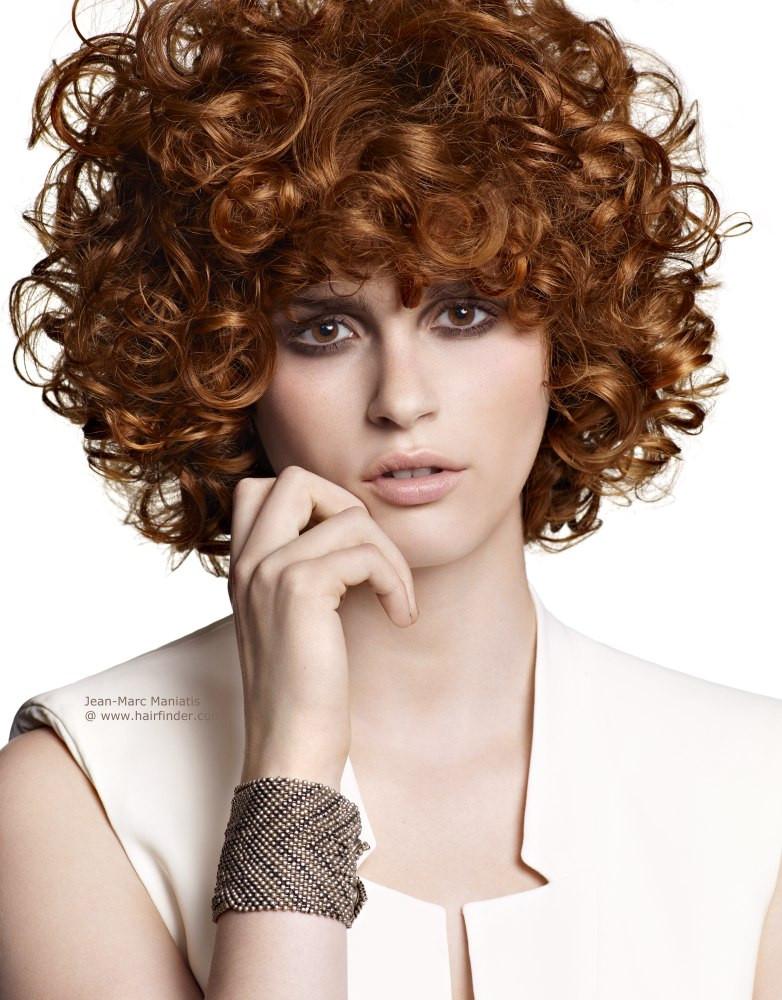 Kurze Locken Frisuren  Kurze Frisur mit starken springenden Locken und Haar ins