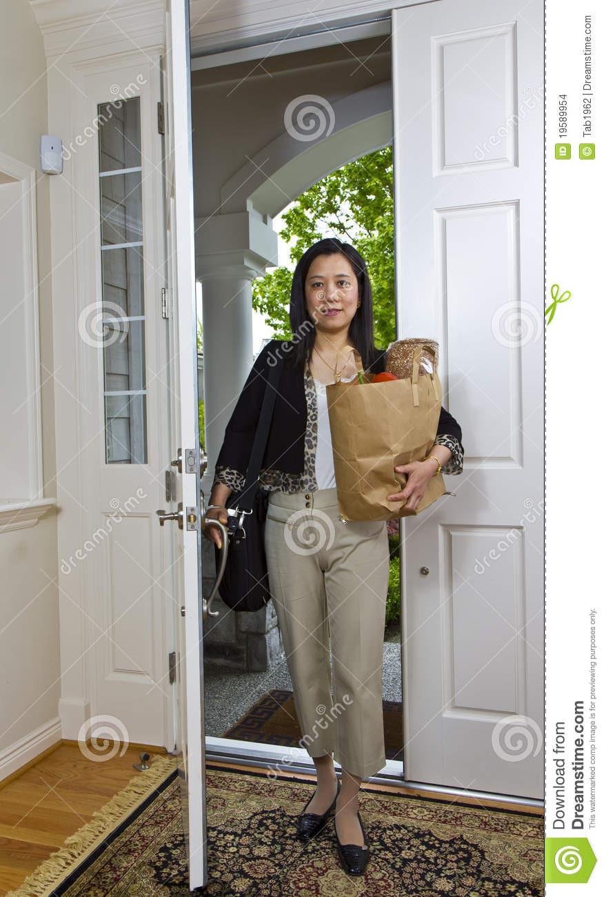 Nach Hause Kommen  Frauen Die Nach Hause Kommen Stockfoto Bild von