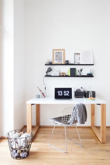Schreibtisch Skandinavisch  Geradliniger Schreibtisch in Weiß mit Rahmenbeinen