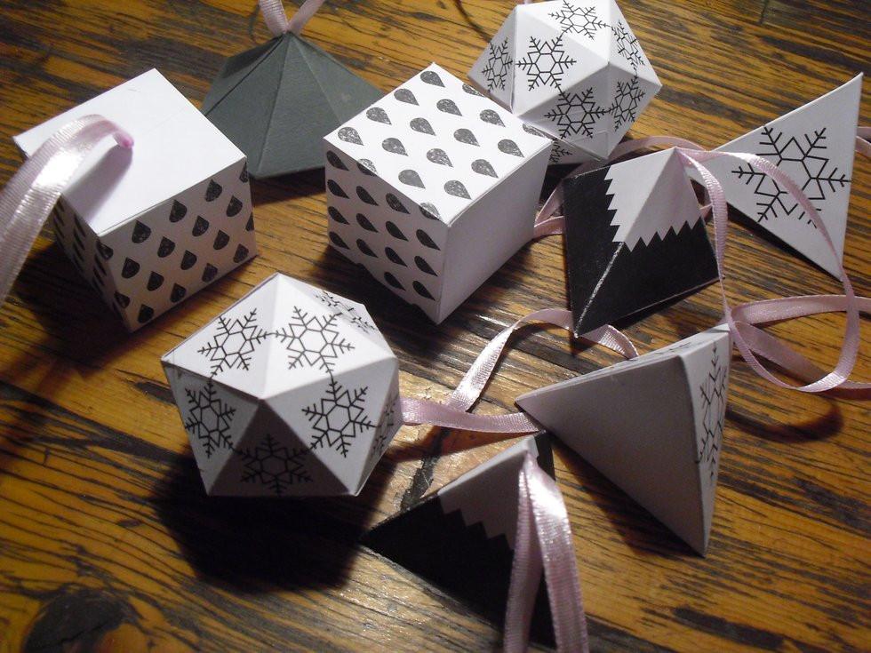 Weihnachts Diy  Weihnachts DIY 16 24 Grafische Baumanhänger