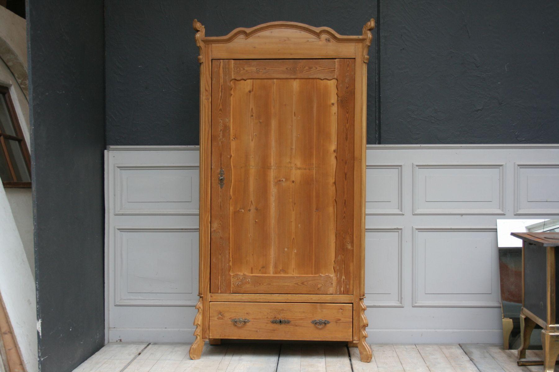 Antiker Schrank  Antiker Schrank aus Weichholz bei Pamono kaufen