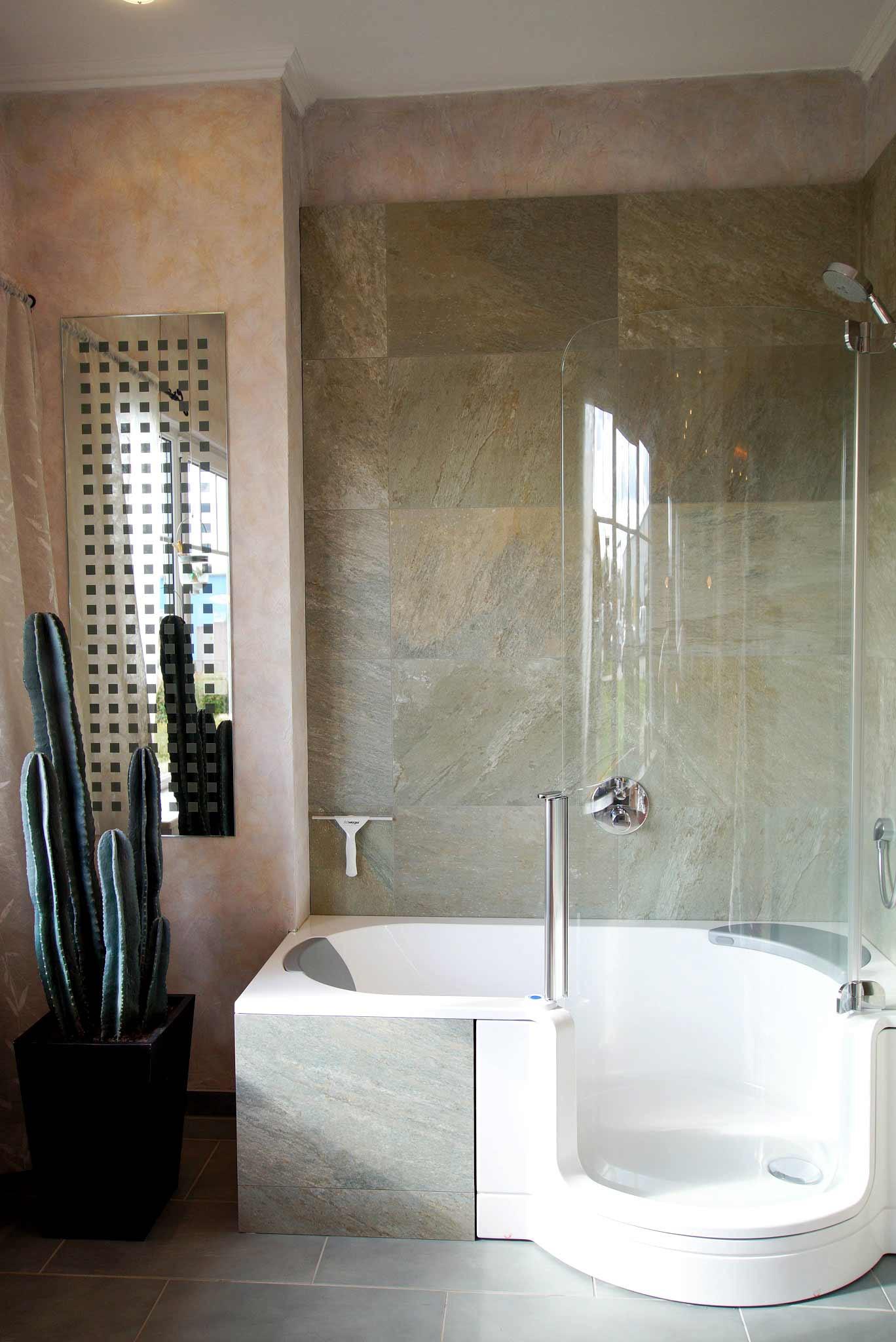 Badewanne Mit Duschzone  Badewanne mit Dusche Die Lösung für kleine Bäder