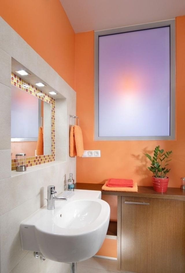 Badezimmer Farbe  farbe badezimmer streichen orange weiße fliesen mosaik