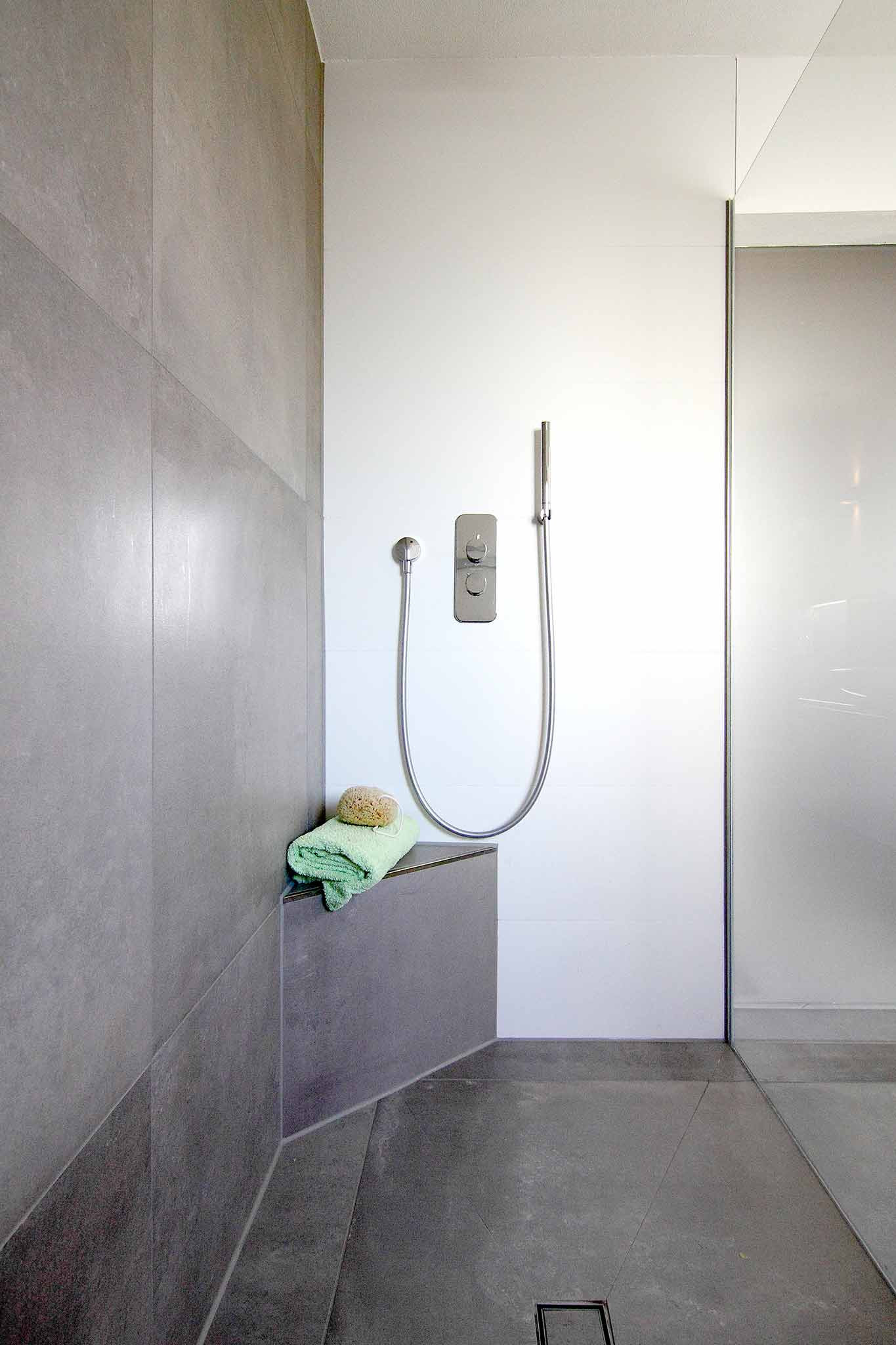 Begehbare Dusche  Begehbare Dusche mit Sitzbank – Mehr Komfort beim Duschen