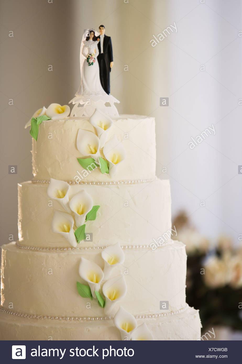 Brautpaar Hochzeitstorte  Hochzeitstorte mit Brautpaar Figuren Stockfoto Bild