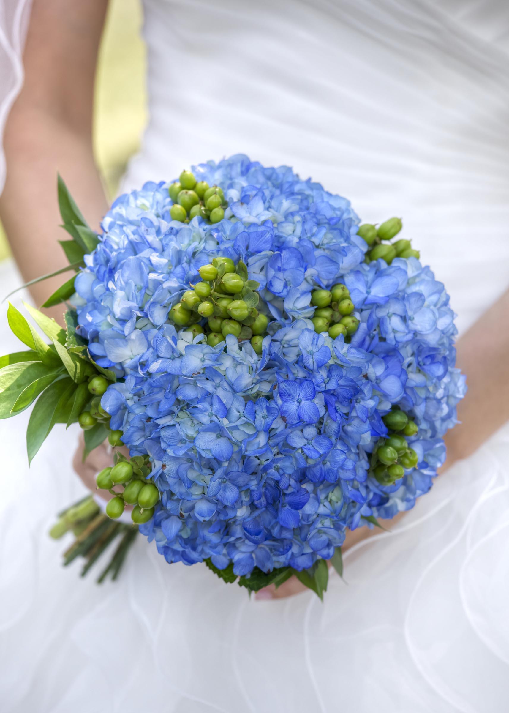 Brautstrauß Mit Hortensien  Brautstrauß mit blauen Hortensien Heiraten mit braut