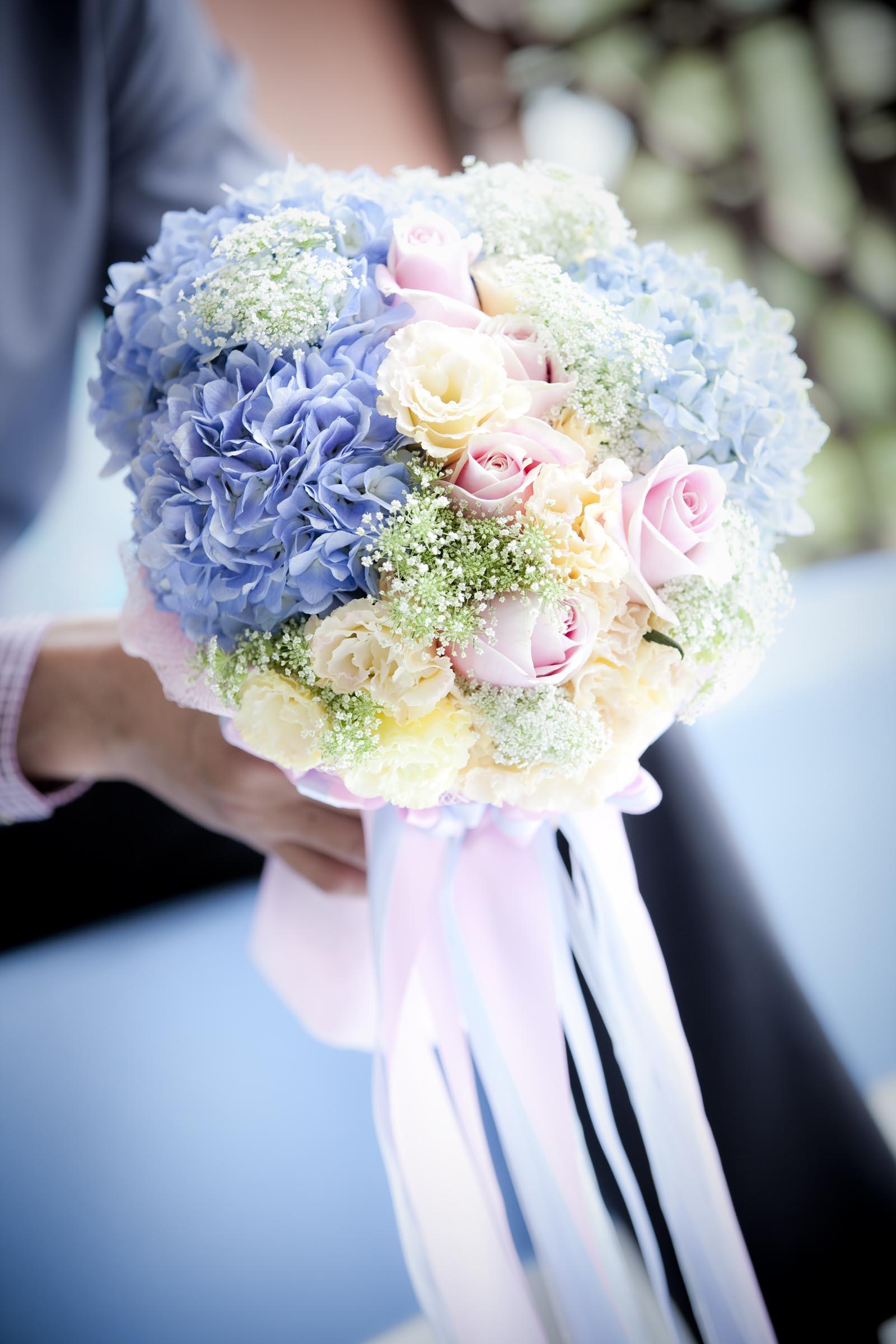Brautstrauß Mit Hortensien  Brautstrauß mit Rosen und Hortensien Heiraten mit braut