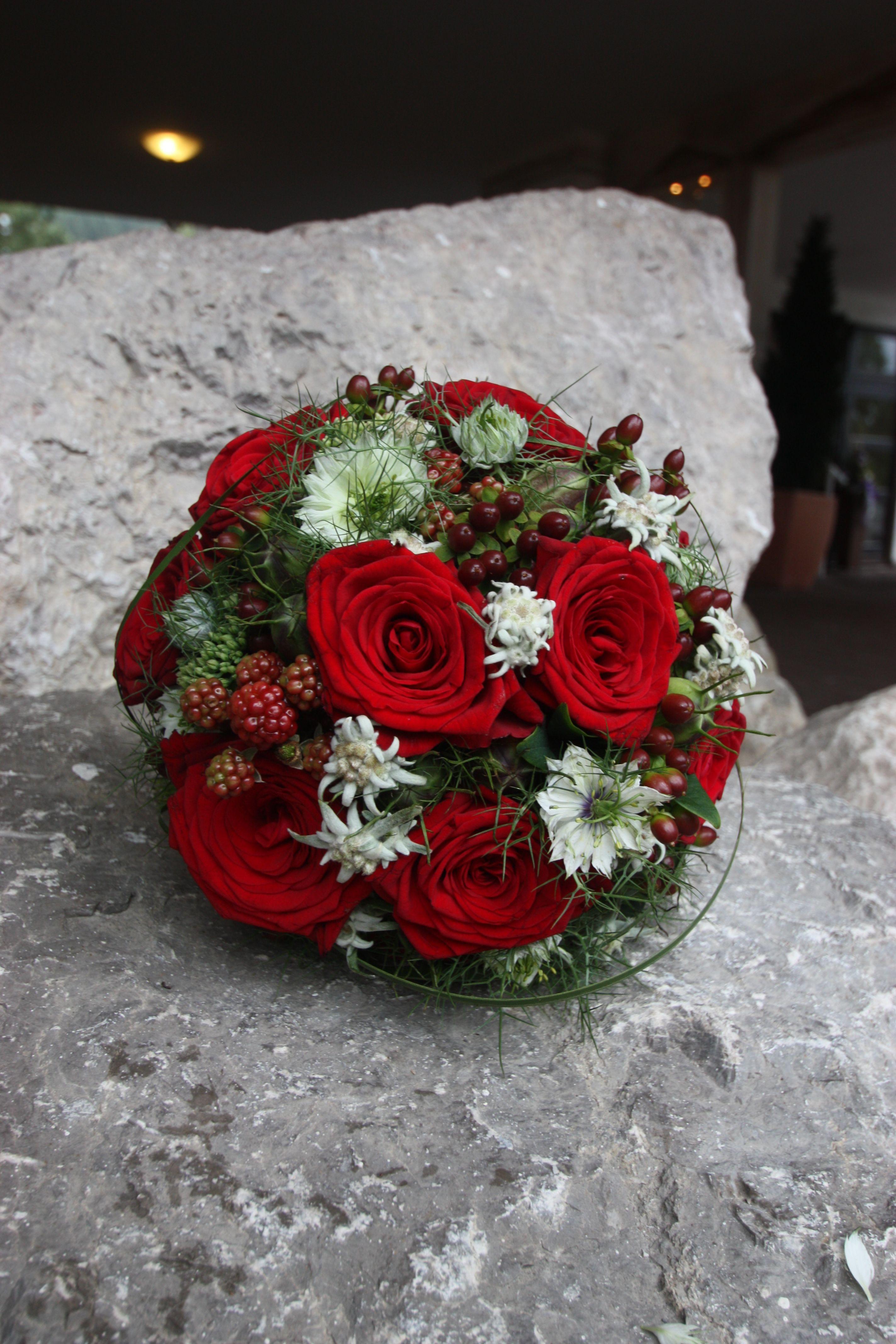 Brautstrauß Rote Rosen  Rosenrot und Edelweiss Sommerlich eleganter Brautstrauß
