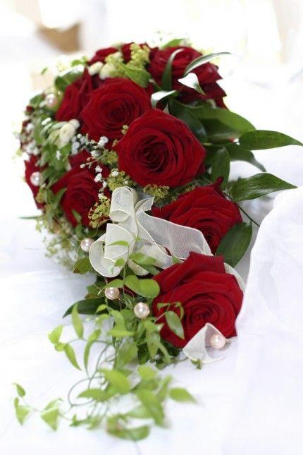 Brautstrauß Rote Rosen  Brautstrauß in Wasserfallform aus roten Rosen