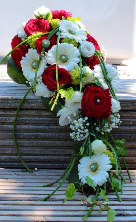 Brautstrauß Rote Rosen  Abfließender Brautstrauß mit roten Rosen Gerbera und