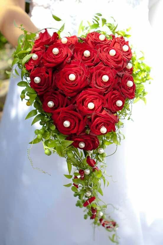 Brautstrauß Rote Rosen  Brautstrauß mit roten Rosen und Perlen in Herzform I love