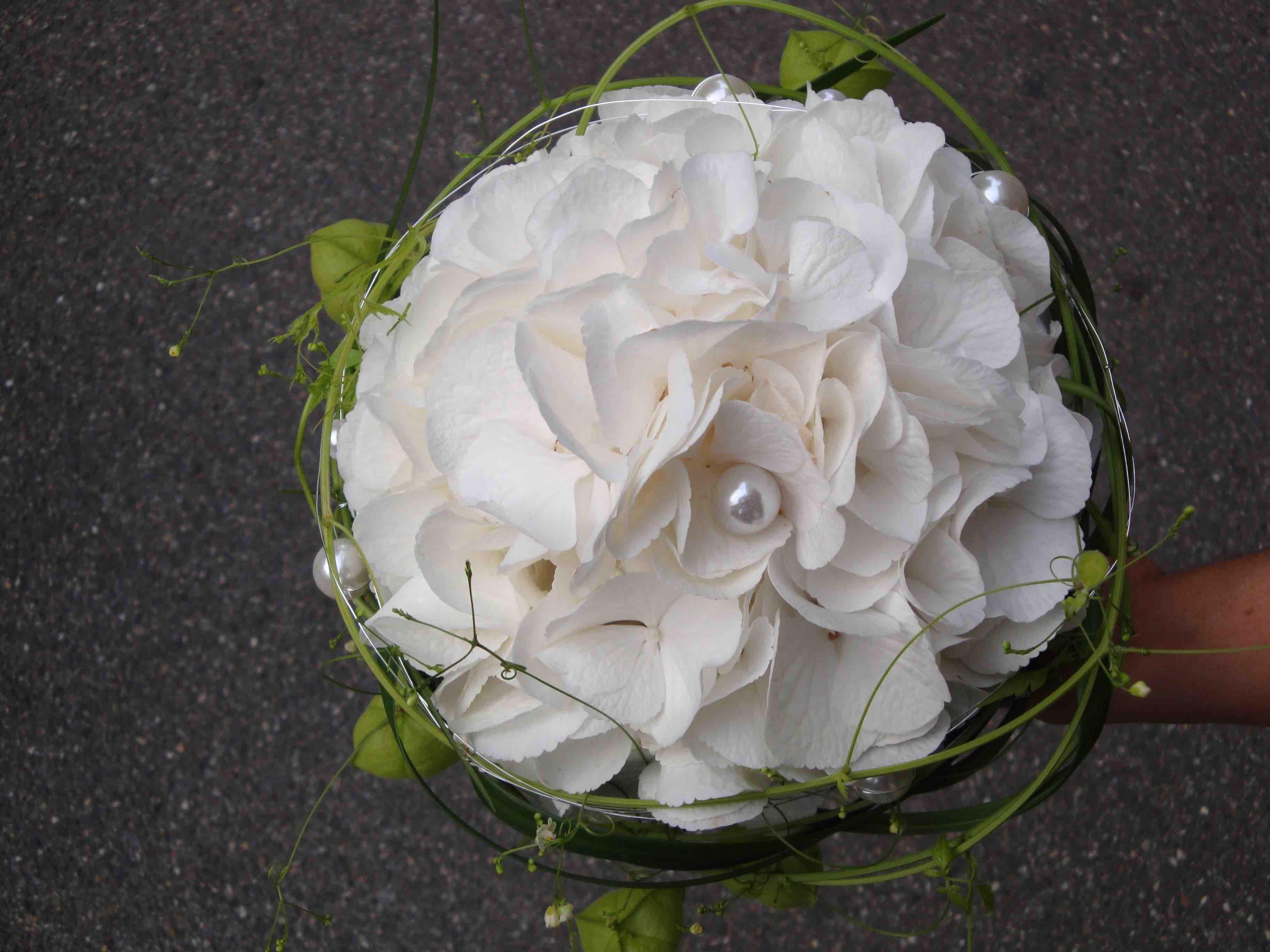Brautstrauß Weiß  Brautstrauss mit Hortensien in weiss und Ballonranken