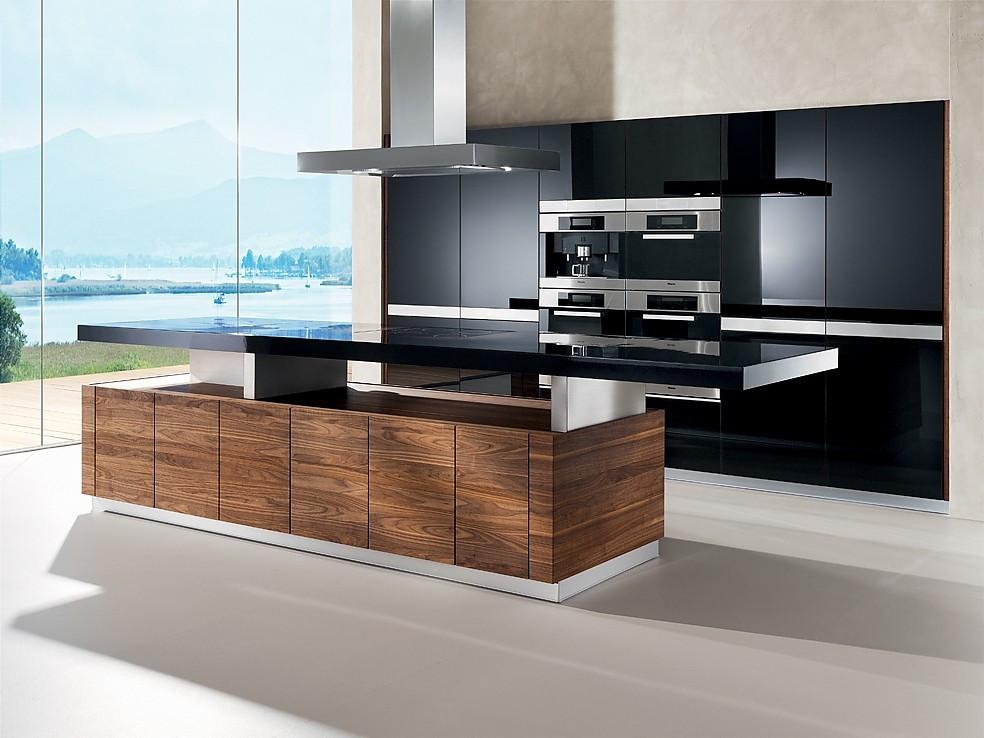Design Küchen  Design Inselküche k7 in Nussbaum und Hochglanz Schwarz