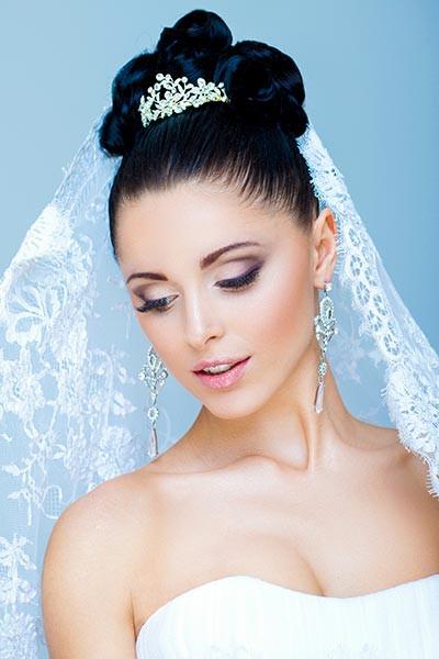 Diadem Hochzeit  Brautfrisur mit funkelndem Diadem und Schleier