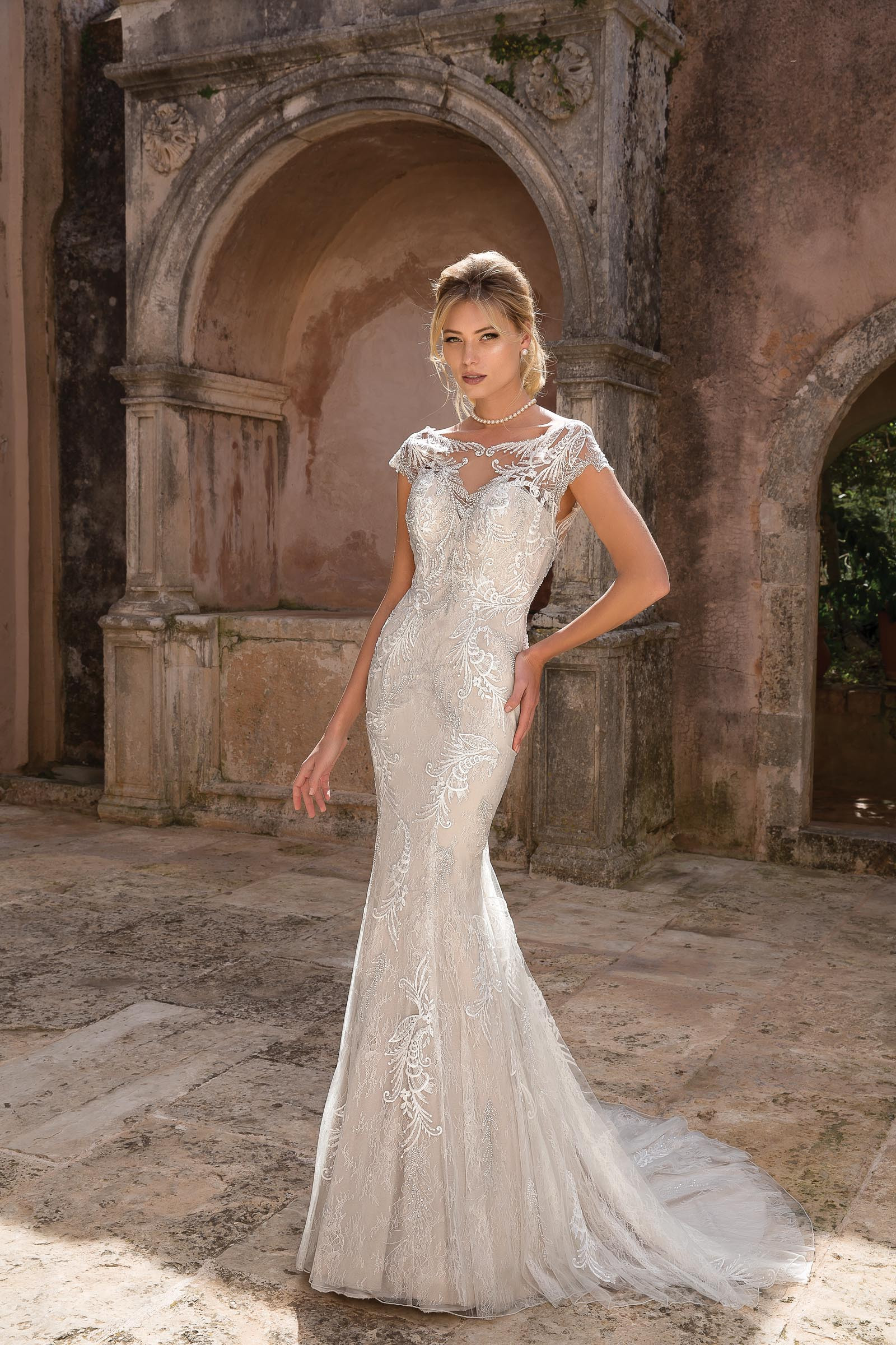 Fit And Flare Hochzeitskleid  Fit and Flare Brautkleid mit Spitze und Ärmeln von Justin