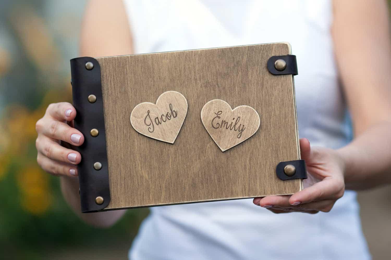 Gästebuch Hochzeit Herzen  Gästebuch Hochzeit aus Holz mit Gravur 3D Herzen