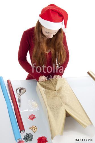 """Geschenke Für Junge Frauen  """"Junge Frau packt Geschenke für Weihnachten ein"""" Imagens e"""
