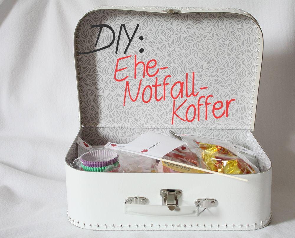 Geschenkideen Hochzeit  DIY Geschenk zur Hochzeit Ehe Notfall Koffer