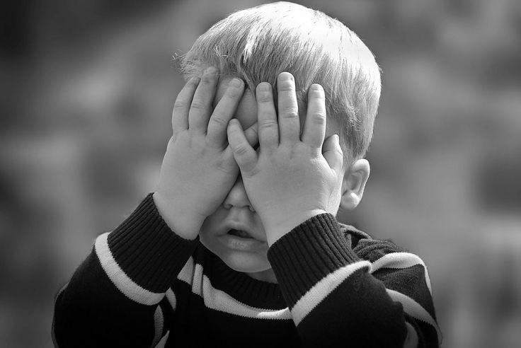 Gewünschtestes Wunschkind Geschenke  Kind schlägt Hände vor dem Gesicht zusammen