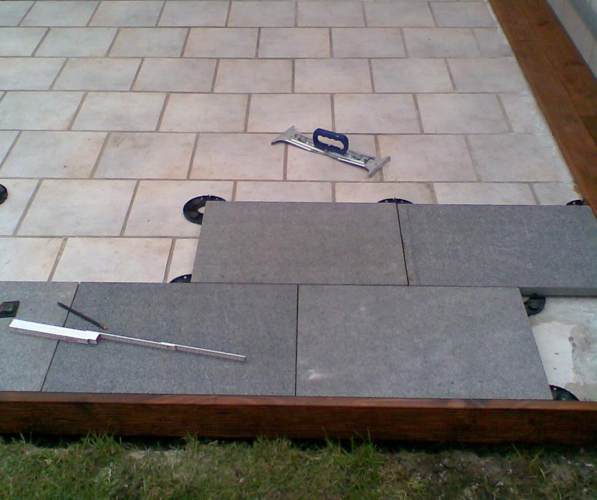 Granitplatten Terrasse  plain white Eine Terrasse aus Granitplatten auf Stelzlagern