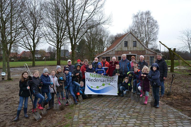 Grundschule An Der Mühle  Schüler pflanzen an der Mühle Bäume und Hecken