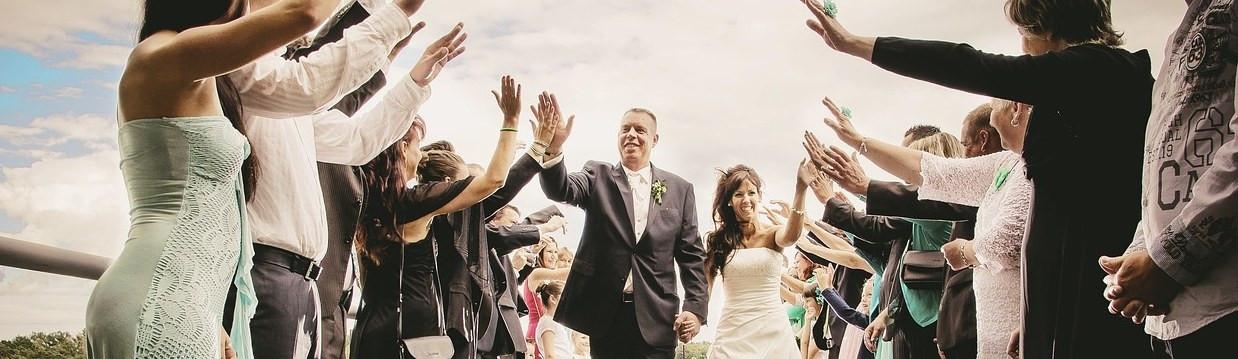 Günstig Hochzeit Feiern  Günstig heiraten Mit den richtigen Tipps schönes Geld sparen