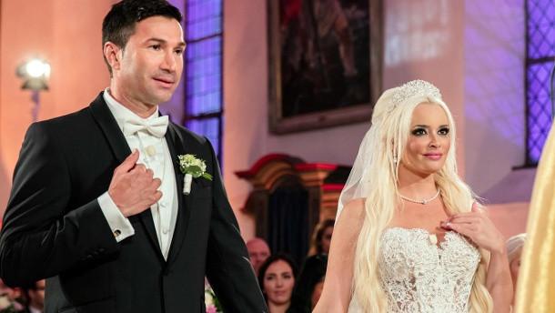 Hochzeit Daniela Und Lucas Wiederholung  Daniela Katzenberger bei Generalau nz von Papst