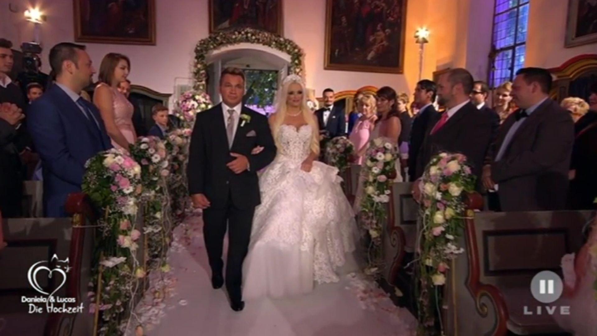 Hochzeit Daniela Und Lucas Wiederholung  Mit Peter Klein Hier schreitet Dani Katzenberger zum