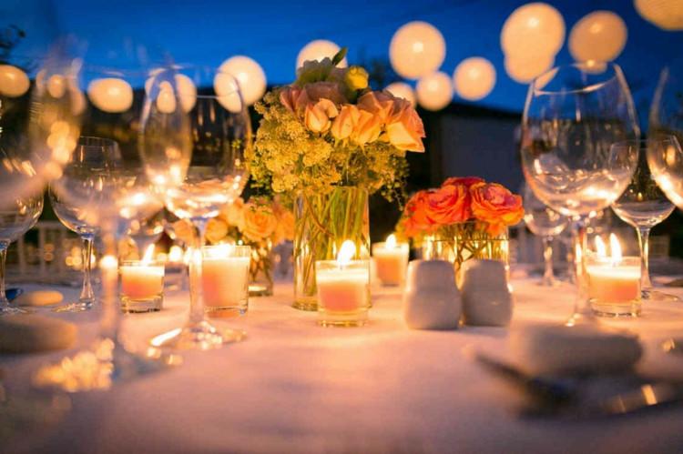 Hochzeit Gartenparty  Gartenparty Deko und Beleuchtung Ideen für Feier am Abend
