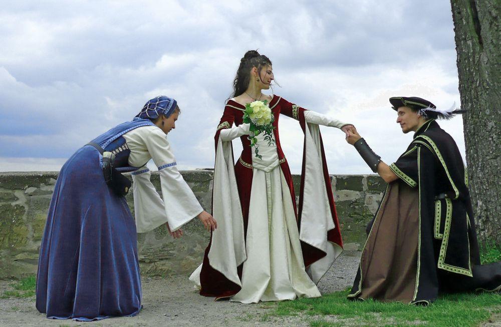 Hochzeit Mittelalter  Hochzeit im Mittelalter Foto & Bild
