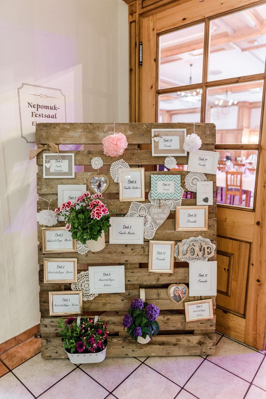 Hochzeit Tischplan  Vintage verliebte DIY Hochzeit im bayerischen Wirtshaus