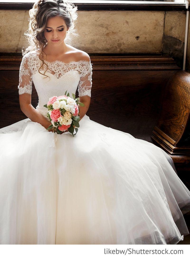 Hochzeitskleid 2019  Braut im eleganten Hochzeitskleid für russische Hochzeiten