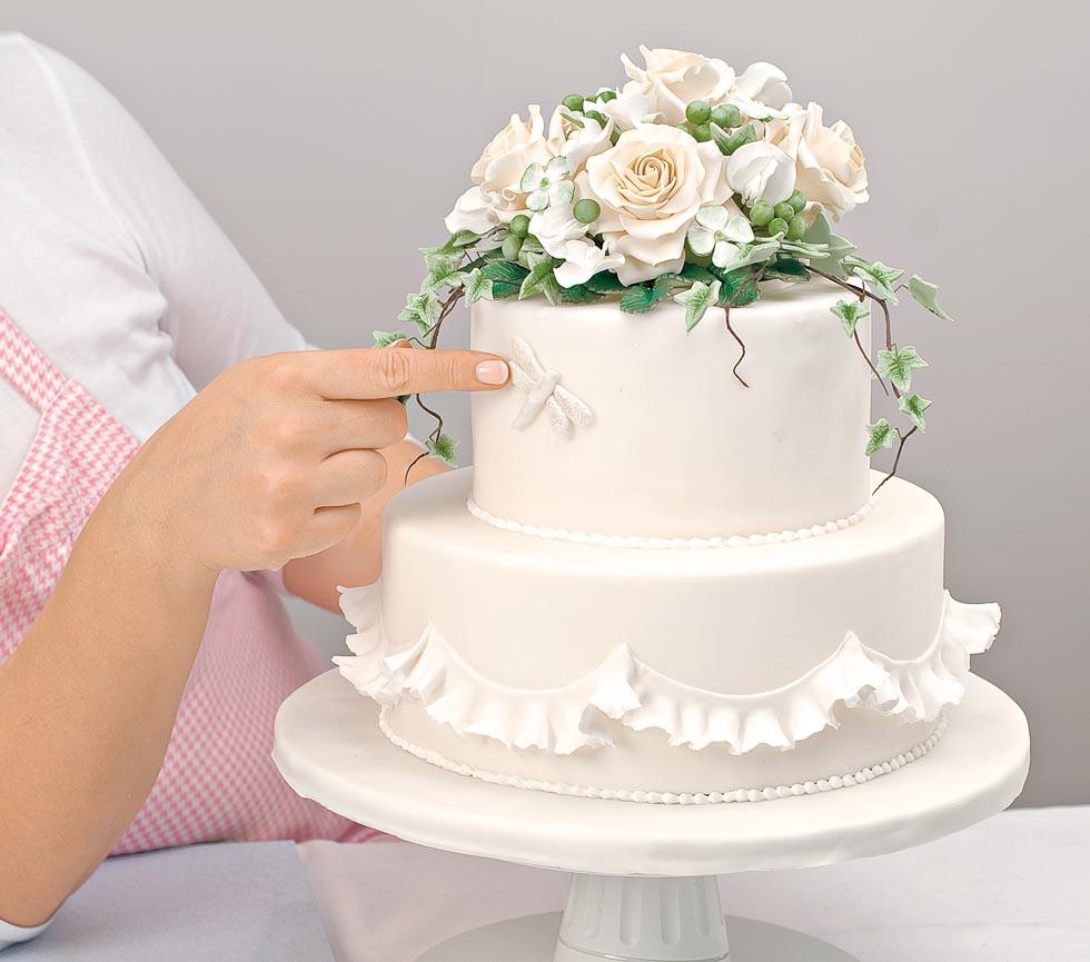 Hochzeitstorte Deko  Hochzeitstorte dekorieren Rosen und Wicken aus Fondant
