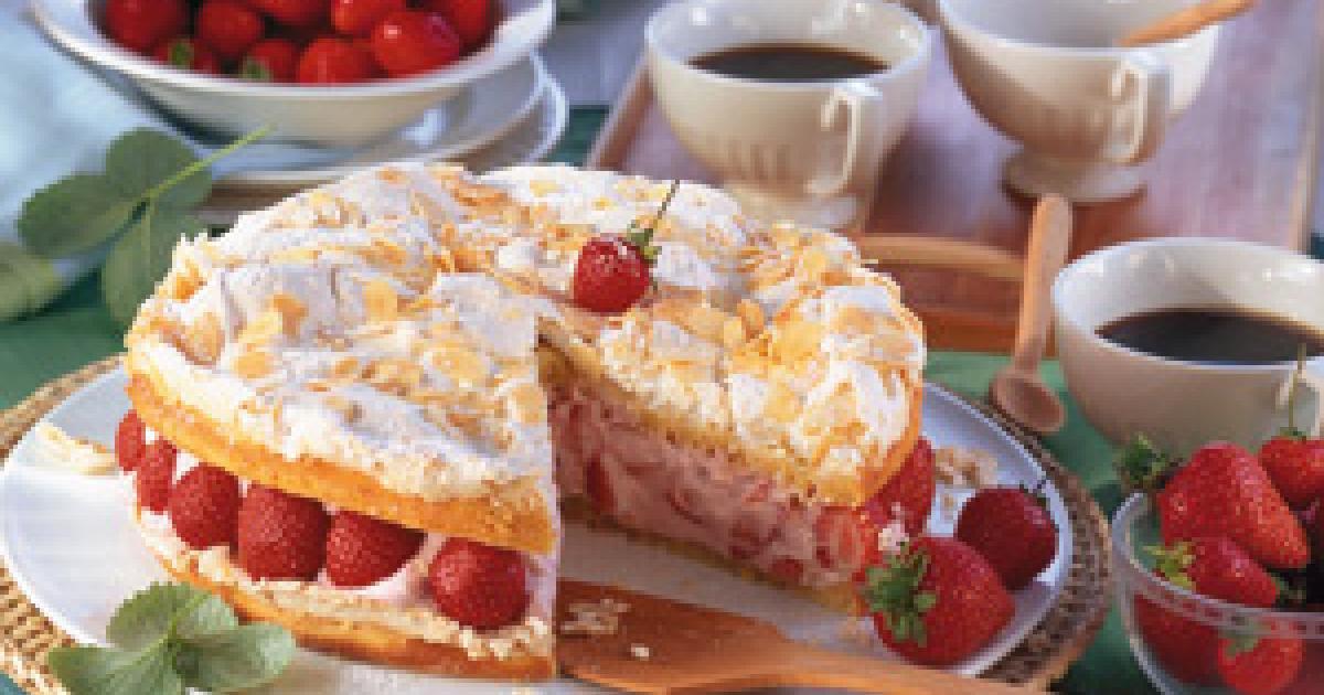 Hochzeitstorte Füllung Rezepte  Baiser Zitronen Torte mit Erdbeer Joghurt Füllung Rezept