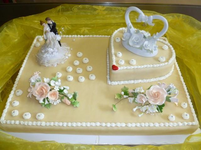 Hochzeitstorte Herz  Viereckige Hochzeitstorte mit Herz