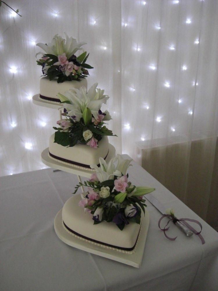 Hochzeitstorte Herz  Hochzeitstorte Herz Originell Etagen Tortenstaender Blumen