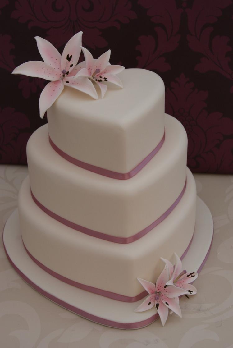 Hochzeitstorte Herz  Die Hochzeitstorte als Herz gestalten für Romantik pur
