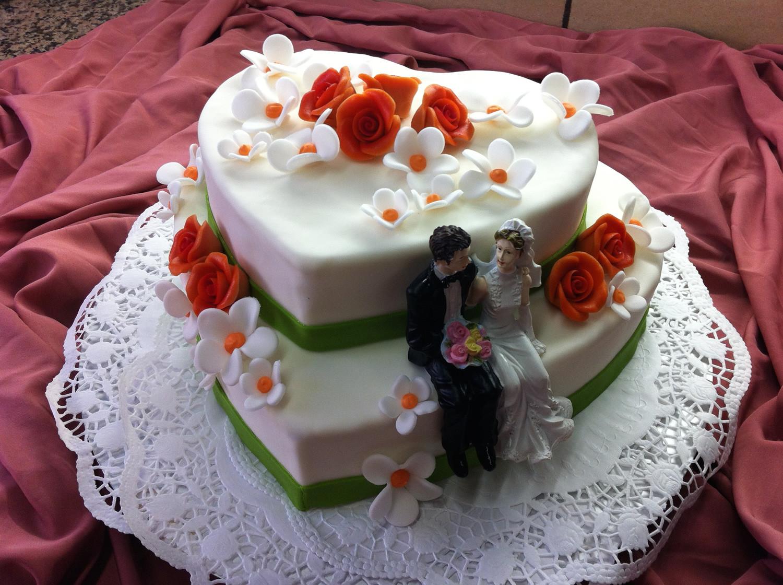 Hochzeitstorte Herz  Hochzeitstorten Konditorei und Cafe Maaß