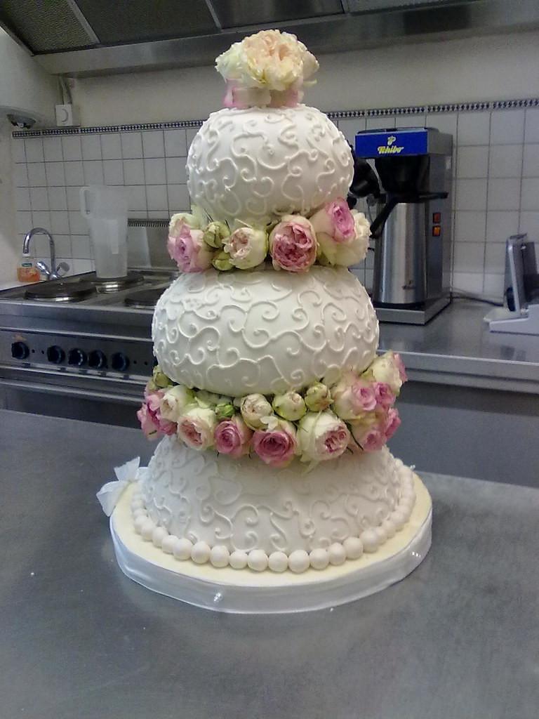 Hochzeitstorte Mit Rosen  Hochzeitstorte mit echten Rosen Ute Kosmell