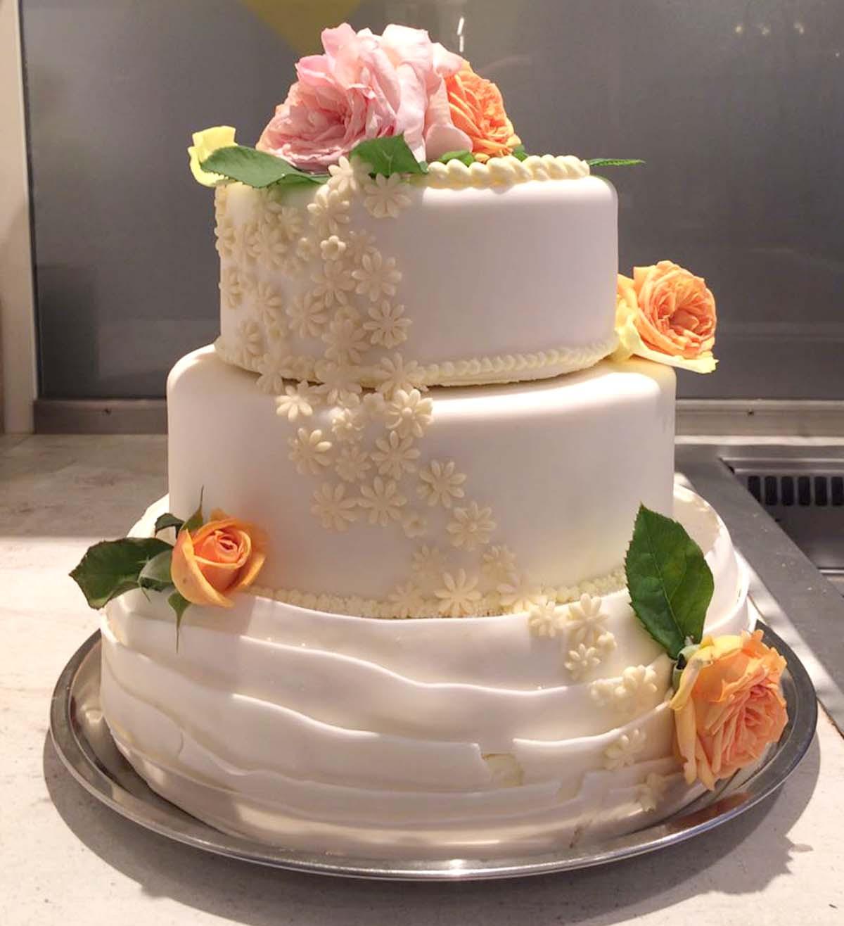 Hochzeitstorte Mit Rosen  Hochzeitstorte mit echten Rosen › Bäckerei & Konditorei