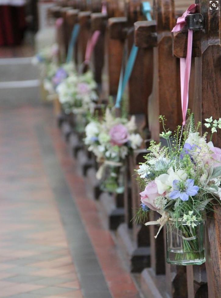 Kirchendeko Hochzeit  Kirchendekoration Gangdekoration Blumen in kleinen Vasen