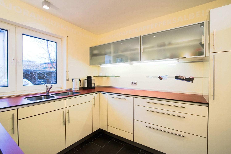 Küche Arbeitsplatte  raum 4 gestaltet Räume Küche mit weinroter Arbeitsplatte