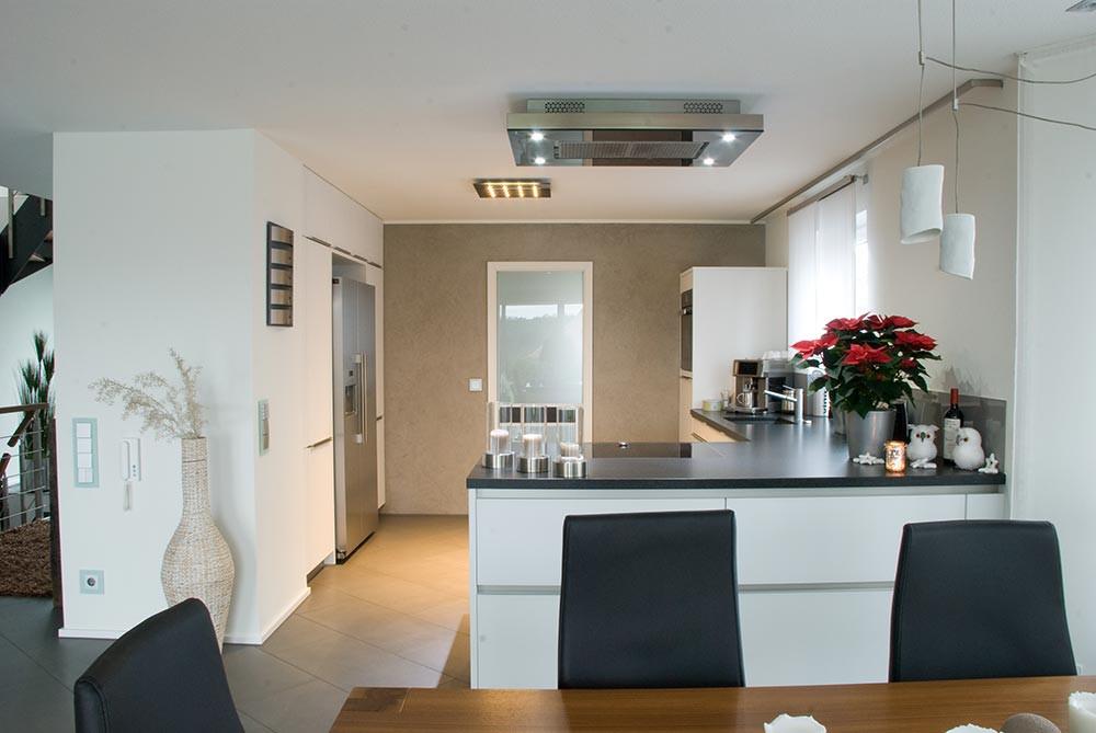 Küche Mit Kochinsel  Küche mit Kochinsel und Steindeckplatte