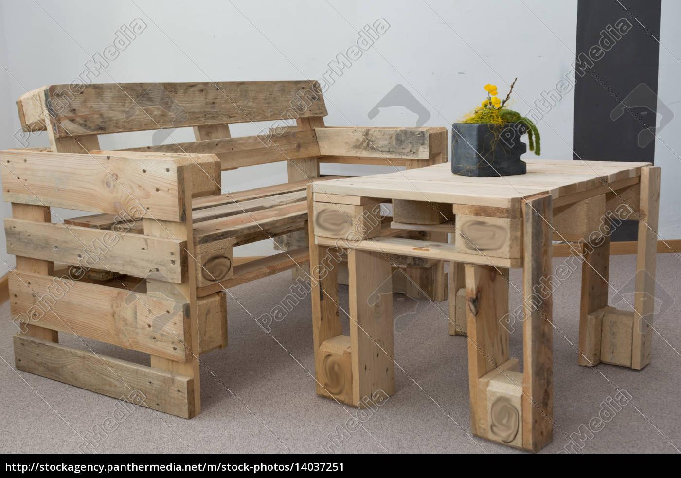 Paletten Tisch  robuste Sitzbank und Tisch aus Paletten Lizenzfreies