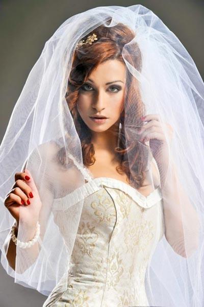 Schleier Hochzeit  Anmutige Brautfrisur mit üppigem Schleier