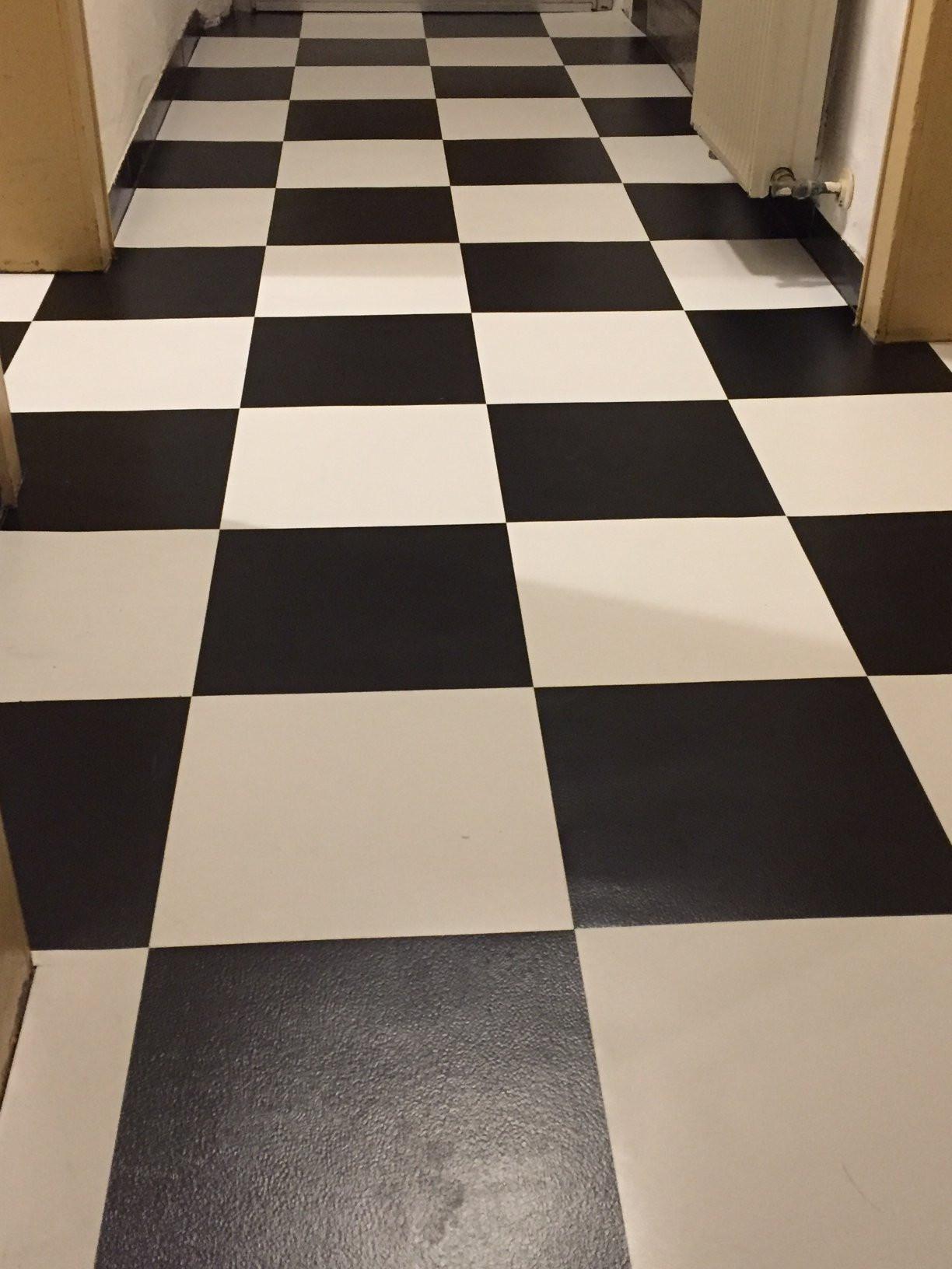 Selbstklebende Fliesen  Selbstklebende Vinyl Fliesen auf Fußboden verlegen