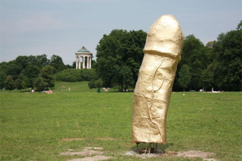 Skulptur Garten  München Phallus Skulptur im Englischen Garten Gold unter