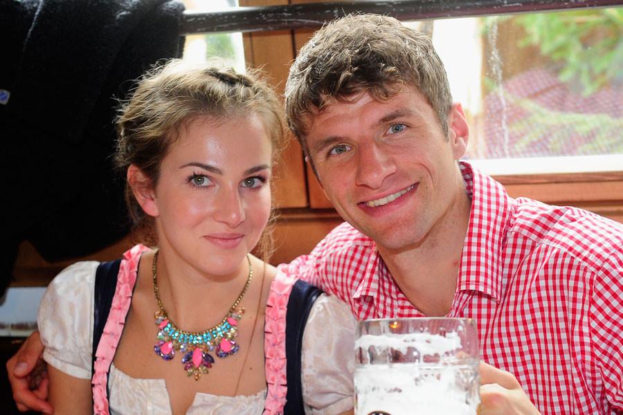 Thomas Müller Lisa Müller Hochzeit  Thomas Müller Frau an seiner Seite Lisa Müller bleibt