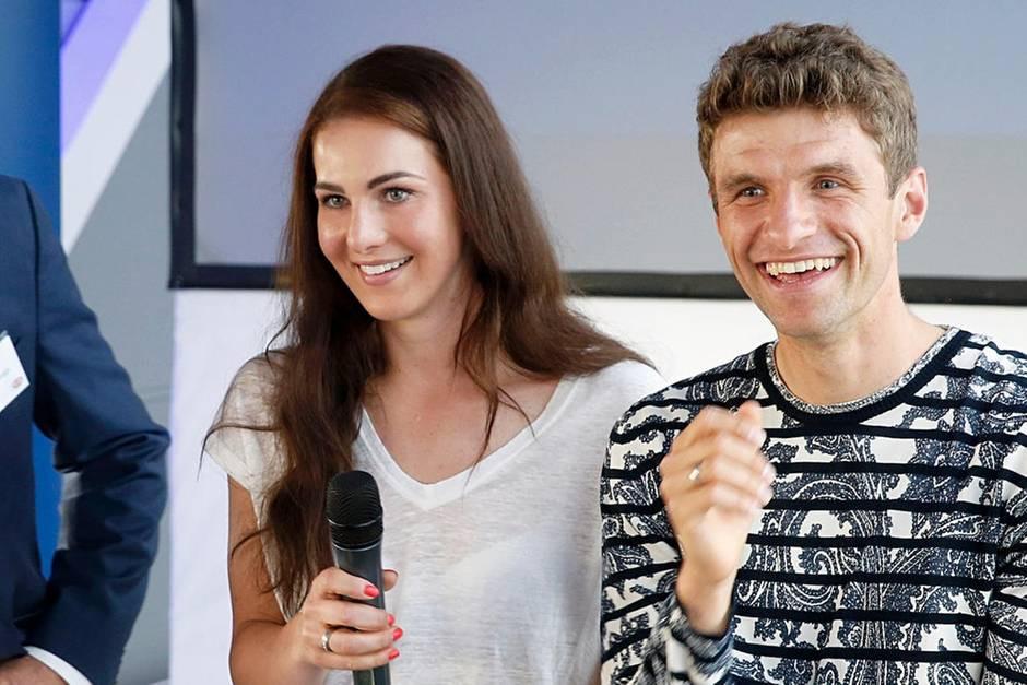 Thomas Müller Lisa Müller Hochzeit  Lisa Müller y Look für FCB Weihnachtsfeier bei
