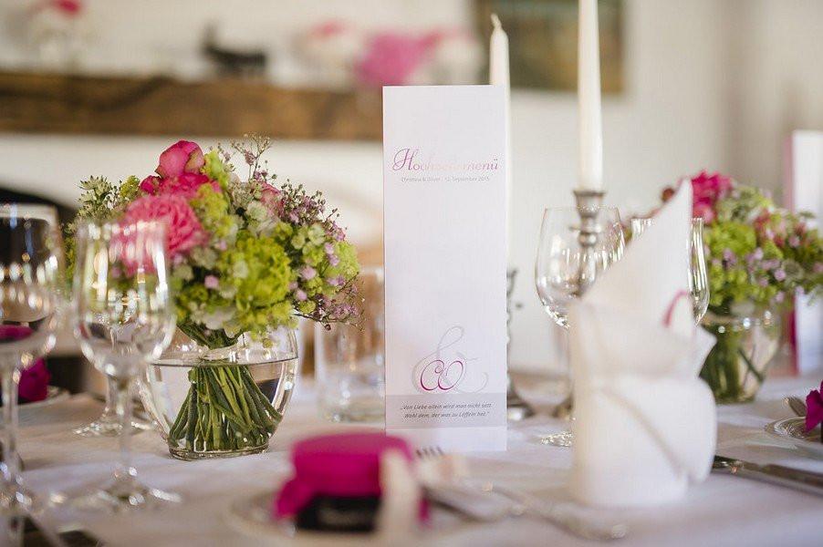 Tischdeko Hochzeit Grün Weiß  Klassische Hochzeit am Tegernsee in Pink Grün und Weiß
